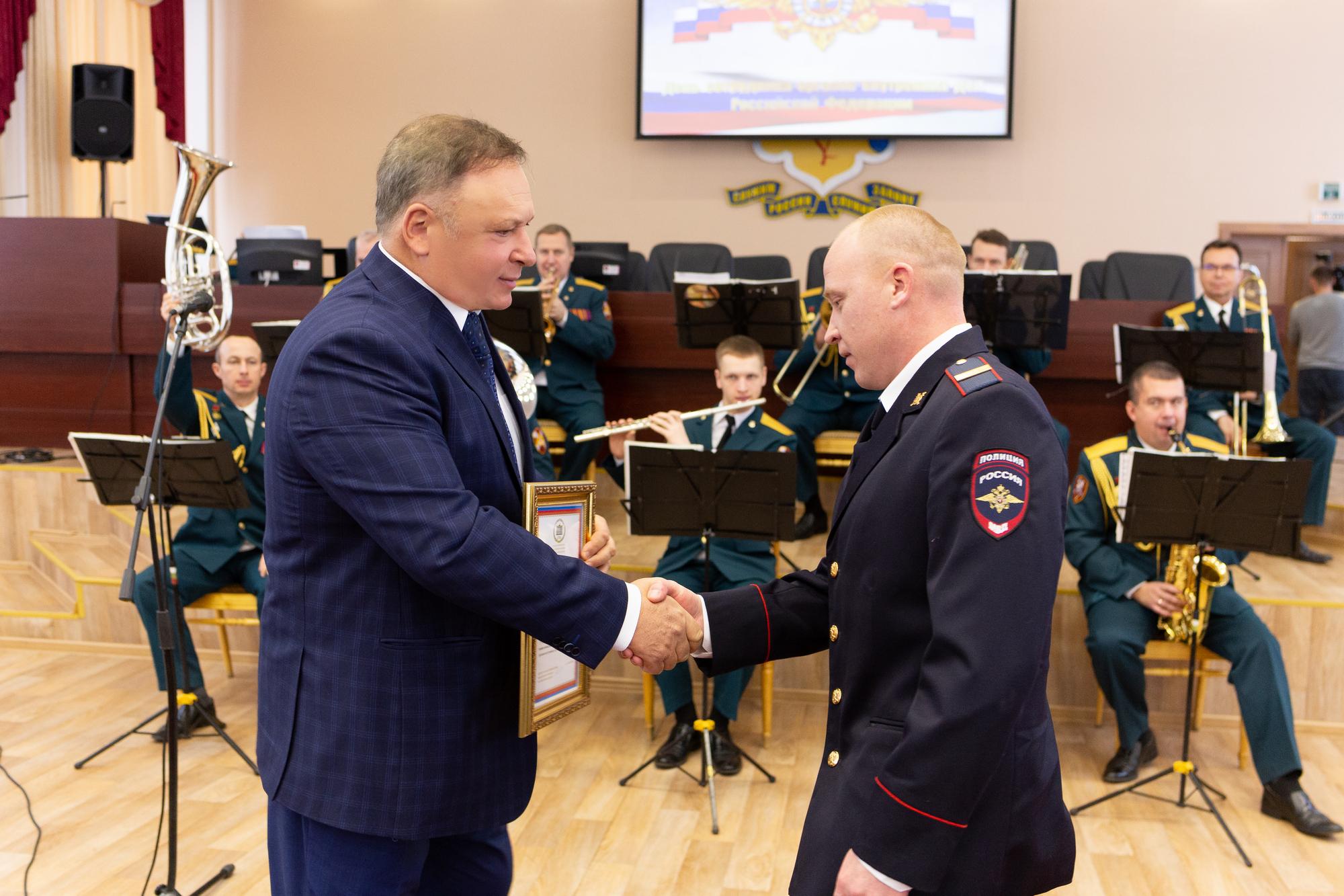 Олег Валенчук поздравил сотрудников полиции с профессиональным праздником