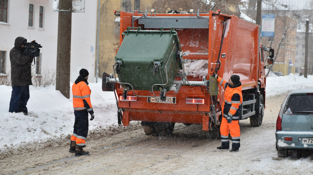 Гололед мешает вывозить мусор из кировских дворов