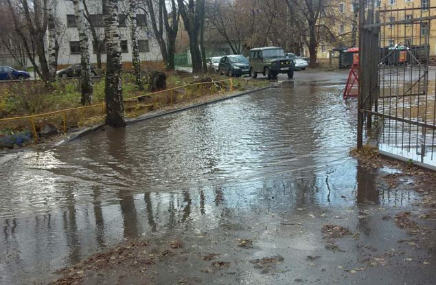Дома для водоплавающих: из-за засора ливневок кировские дворы регулярно «тонут»
