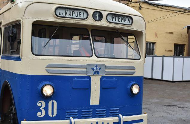 По улицам города проехал ретро-троллейбус