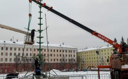 На Театральной площади начали устанавливать главную ёлку города