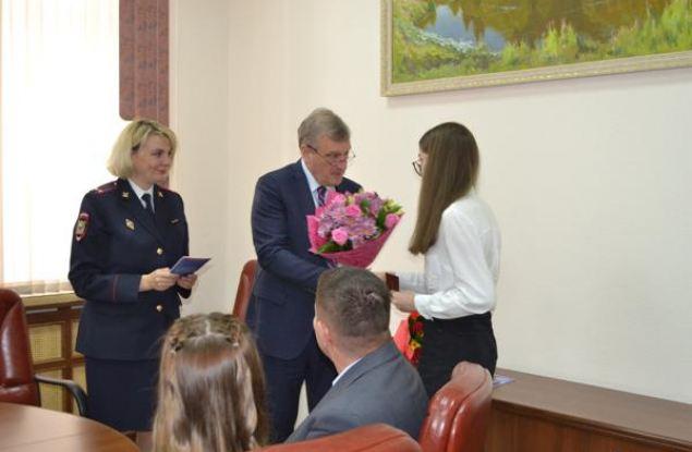 Игорь Васильев вручил паспорта юным кировчанам