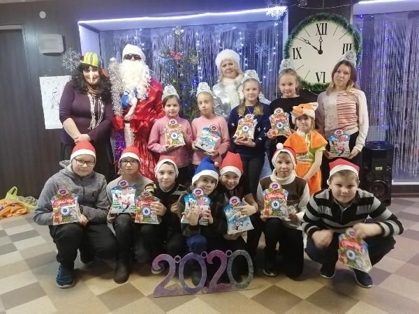 Лузские единороссы, районный совет молодежи и отдел культуры района организовали для детей новогодний праздник