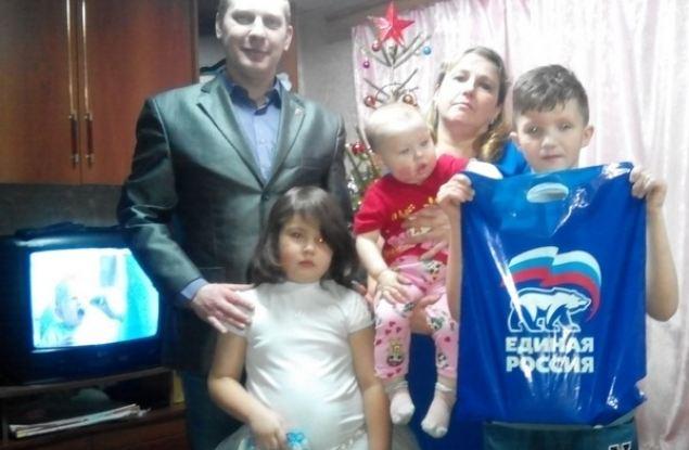 Лузские единороссы поздравили с Новым годом многодетные семьи