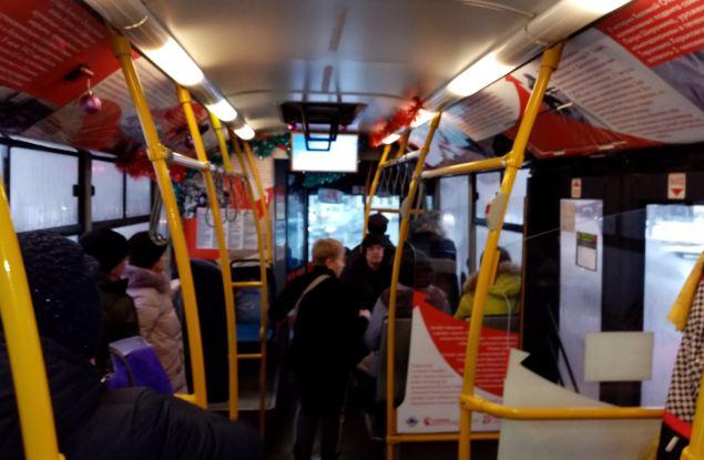 В Кирове начал курсировать автобус, оформленный к Дню Великой Победы
