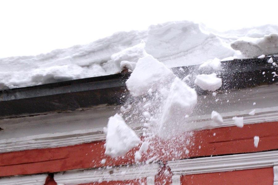 В Кирове на подростка с крыши упал снег