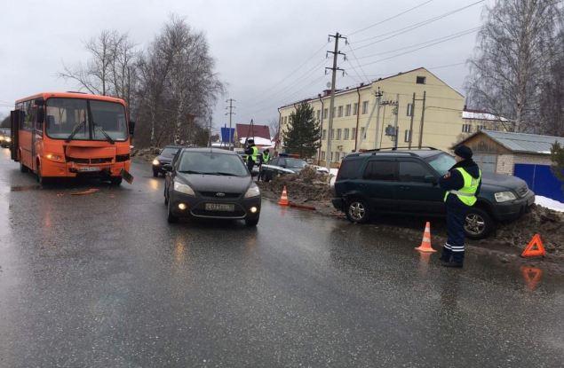 В Кирове автобус врезался в иномарку