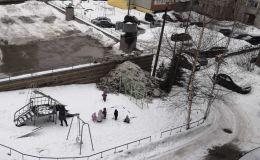 Коммунальщики завалили снегом детскую площадку в одном из кировских дворов