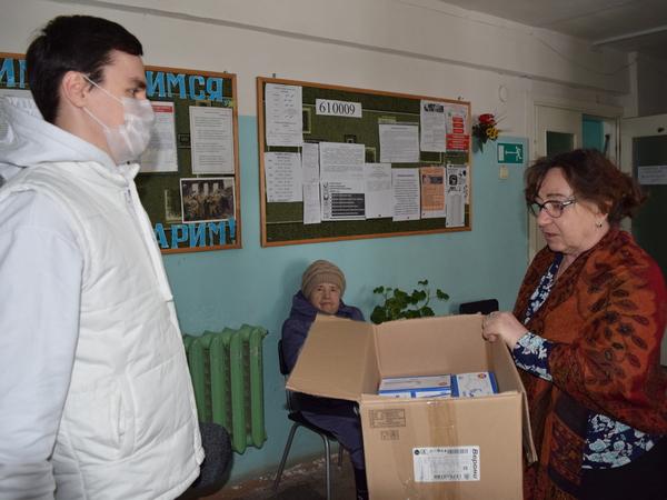 «Единая Россия» передала около 2 тысячи одноразовых масок в Дом ветеранов города Кирова