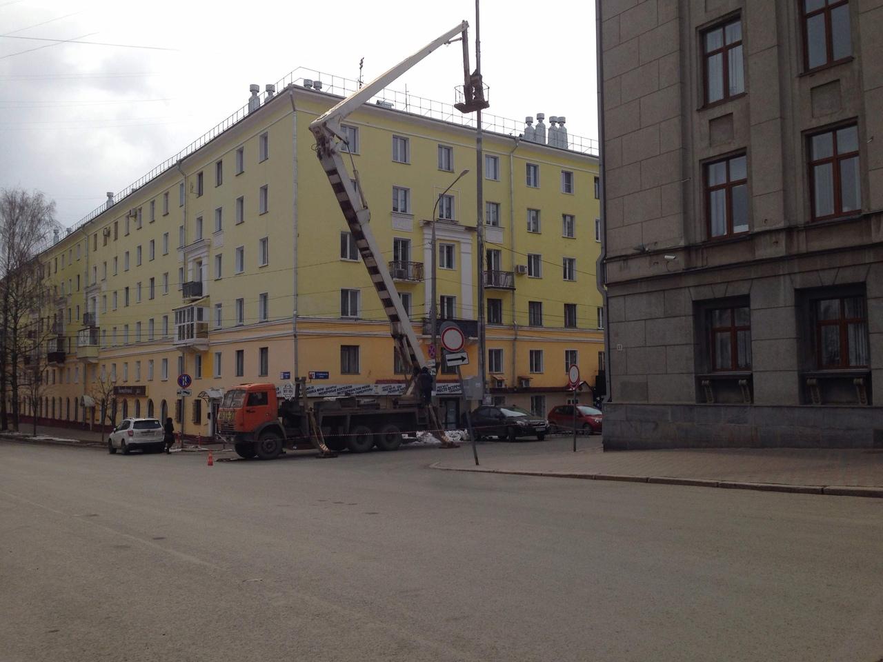 В Кирове на Театральной площади установили опору двойного назначения