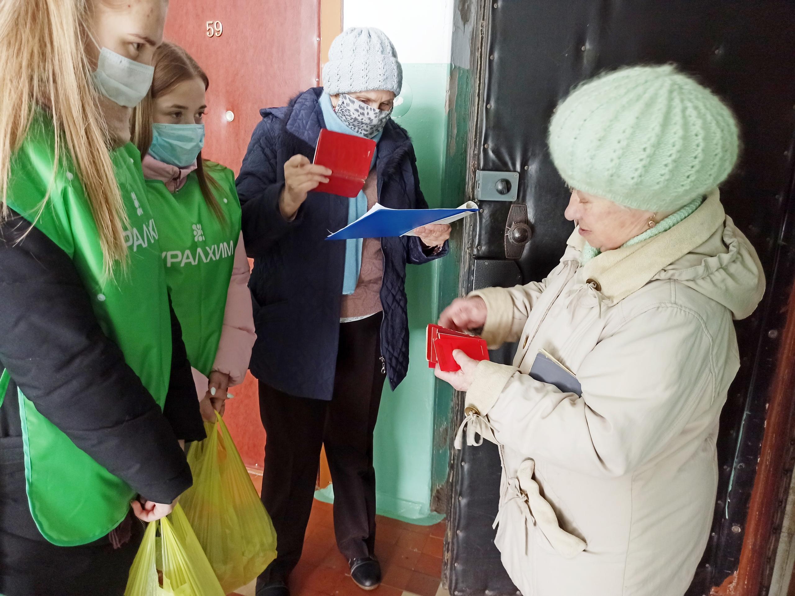 Волонтеры «УРАЛХИМа» и «ГалоПолимера» помогают ветеранам Кирово-Чепецка