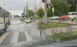 Два месяца отписок: Администрация города не спешит устранять огромную лужу на улице Московской