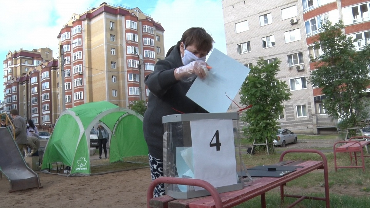 Более 50 процентов кировчан голосуют дома и на улице