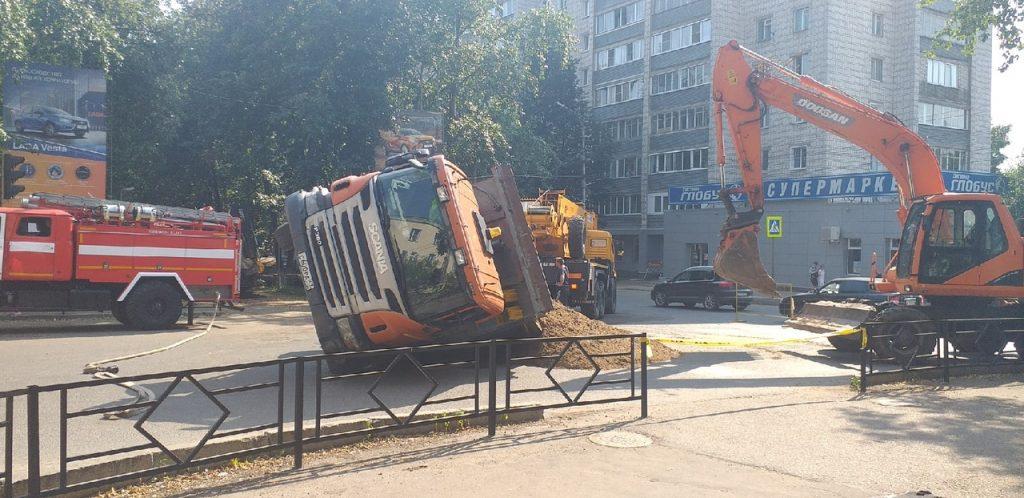 В центре Кирова большегруз провалился под уложенный в прошлом году асфальт