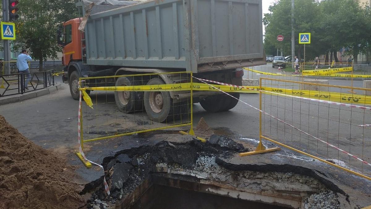 Самосвал проломил перекрытие тепловой камеры в центре Кирова