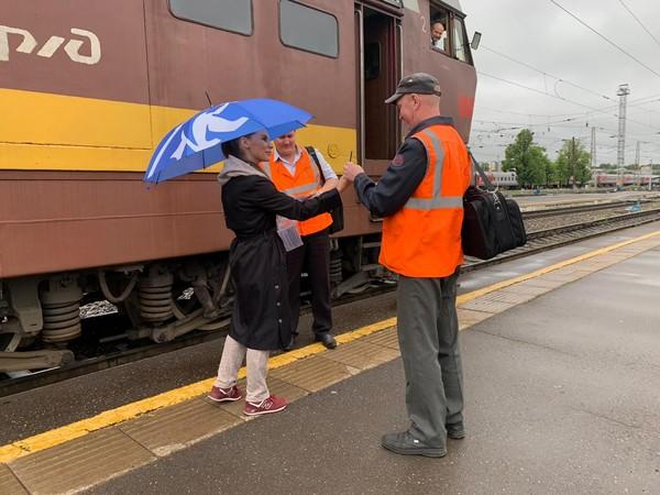 В Кирове активисты поздравили железнодорожников с профессиональным праздником