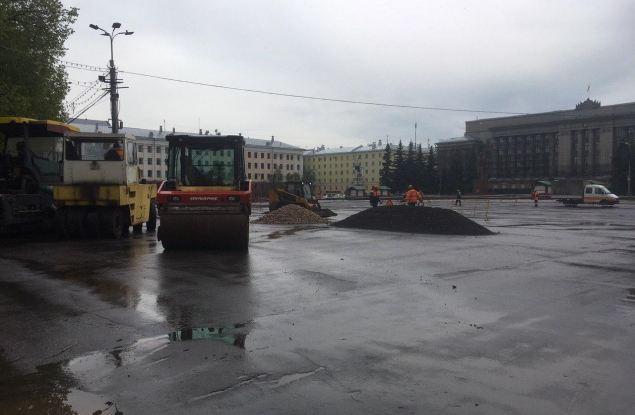 Общественник выявил нарушения при укладке асфальта на Театральной площади