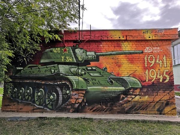 Стены кировских зданий продолжают украшать патриотическими граффити