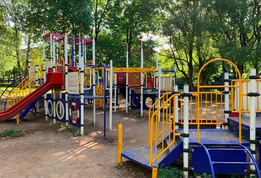 Судьба детской площадки в кировском парке Победы остается под вопросом