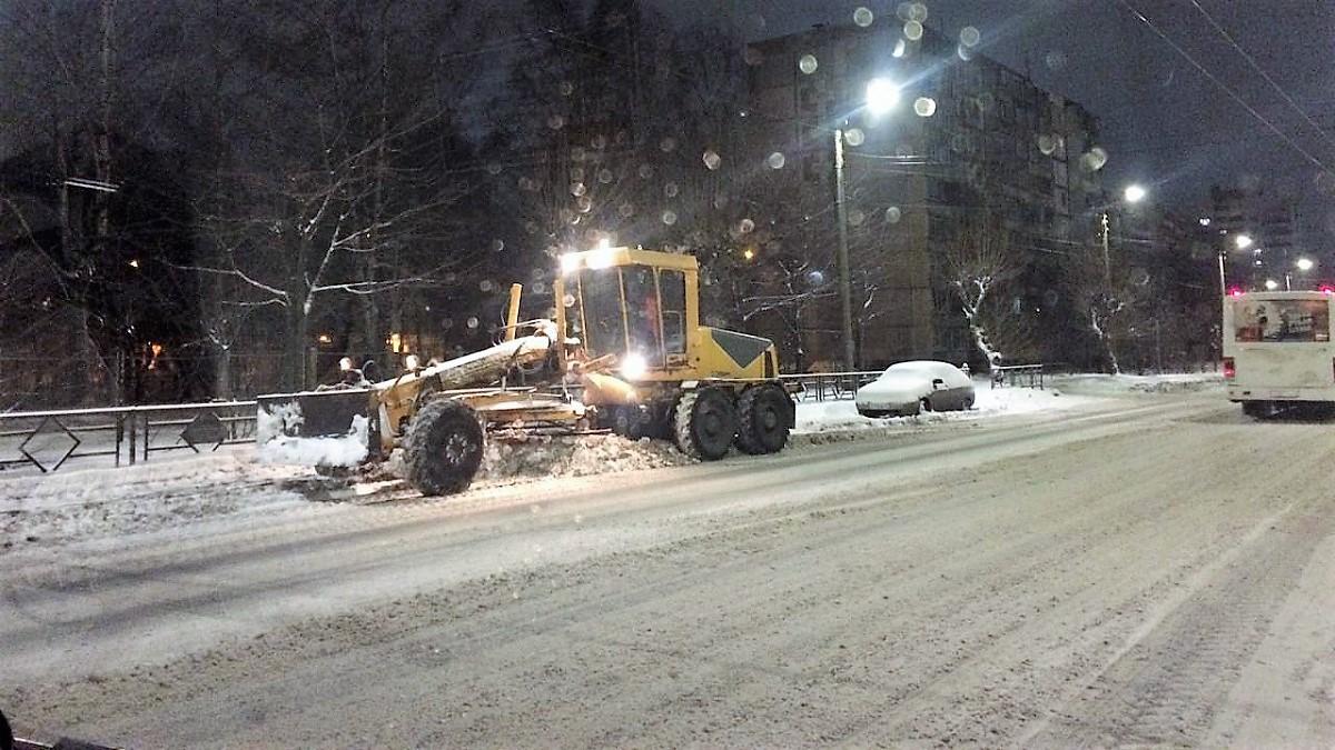 Этой зимой планируется высыпать на городские дороги около 8 тысяч тонн противогололедных материалов.