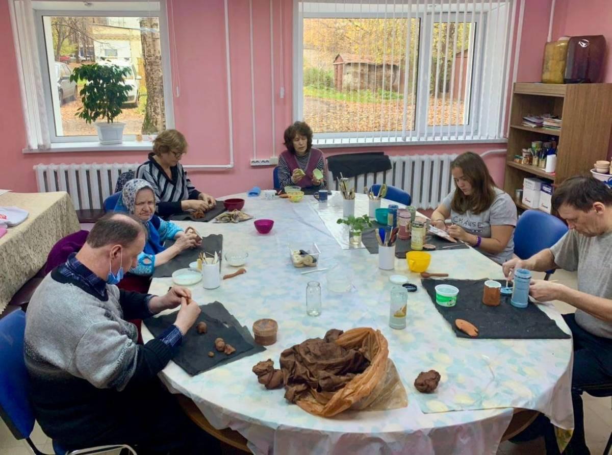 Арт-терапия и занятия керамикой – в центре «Неваляшкин» состоялся день творческих занятий