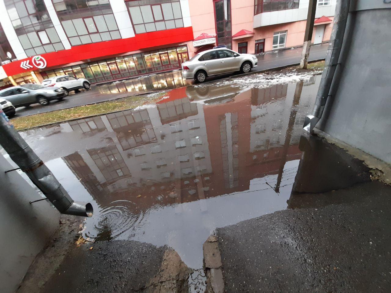 В центре города из-за некачественного ремонта одной из улиц образуются огромные лужи