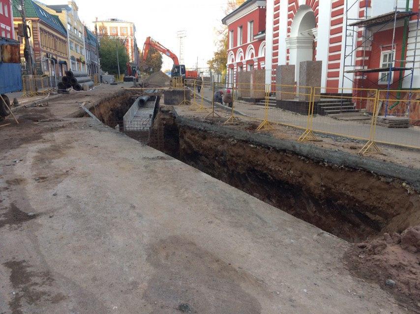 Загадка дыры: рабочие завершили ремонт труб на Казанской, однако вода все-равно откуда-то льется.