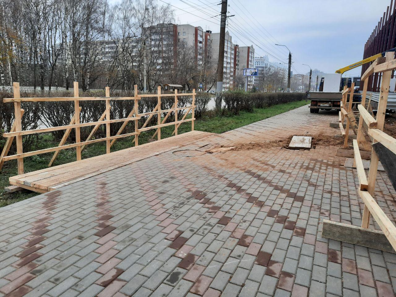 Раскопки продолжаются: новый автосалон испортил свежий тротуар