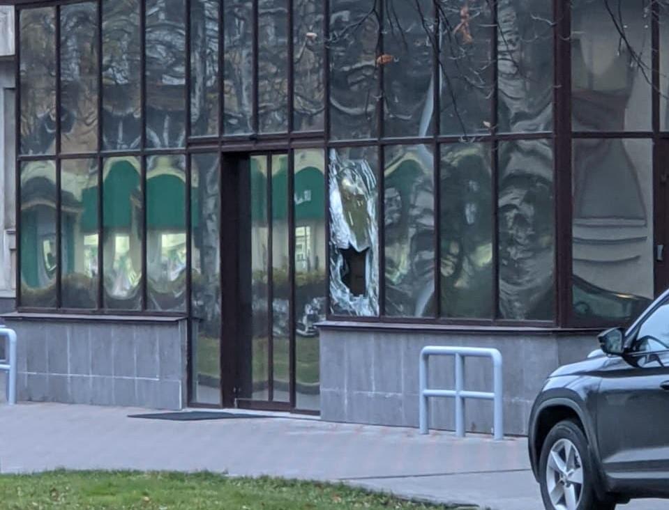 Послание правительству: Недовольный властями кировчанин разбил окно в здании Правительства Кировской области