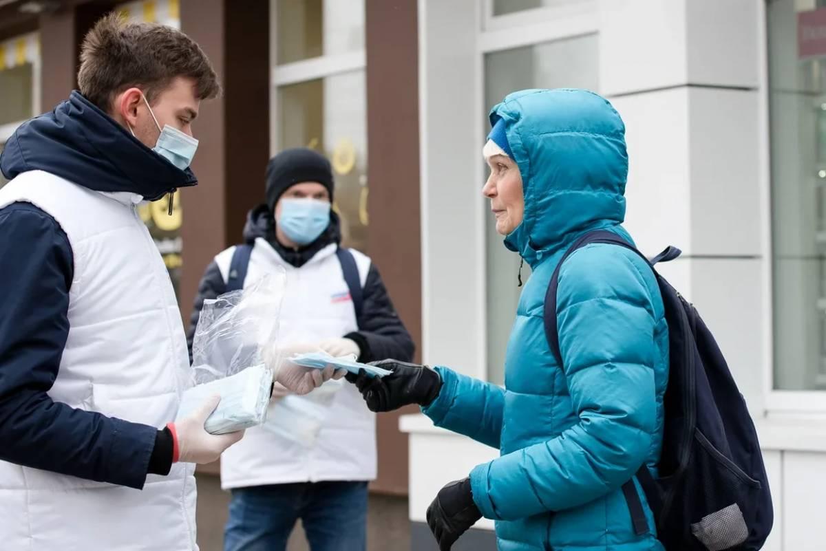 Раздачи масок, поддержка медиков и пожилых: волонтеры продолжают помогать жителям региона
