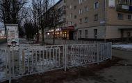 Спустя два месяца после высадки кустов, на перекрестке Воровского и Горького устанавливают заборы