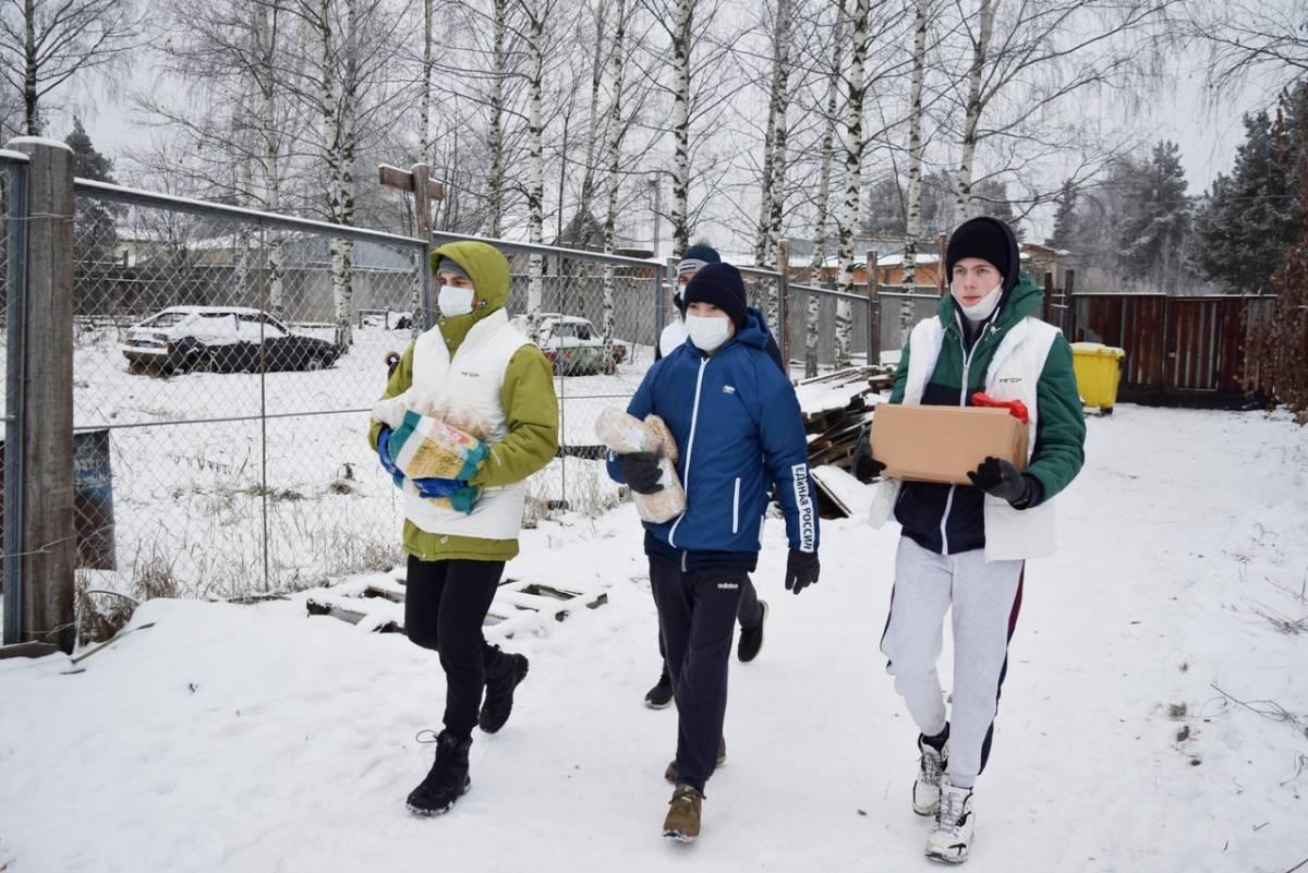 Волонтеры «Единой России» передали корм в приют для бездомных животных