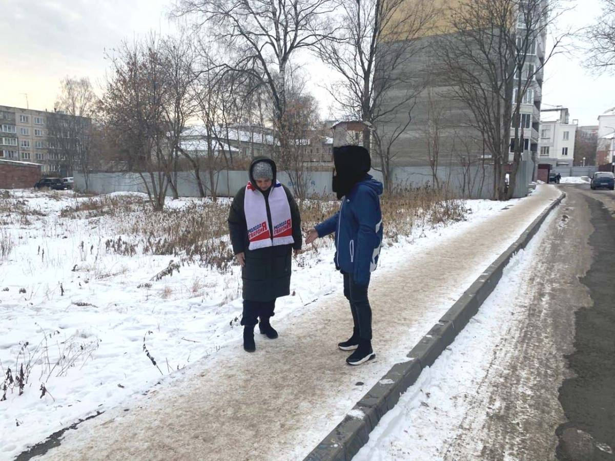 Активисты «Единой России» и «Молодой Гвадрии» проверили качество уборки тротуаров от снега и льда