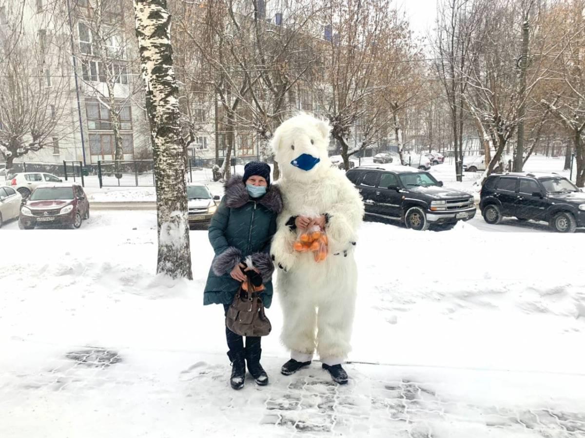 В Кирове волонтеры провели раздачу масок и поздравили жителей города с наступающим Новым годом