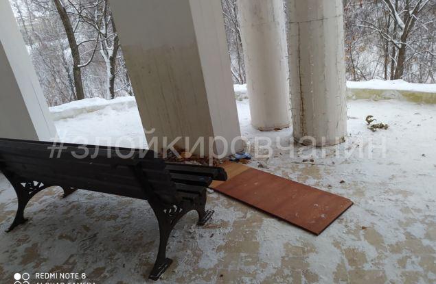 В Кирове вандалы уничтожили фортепиано и испортили новогодние украшения в Александровском саду