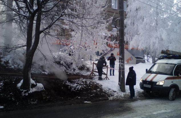 На улице Труда в Кирове произошёл обвал земли над теплотрассой