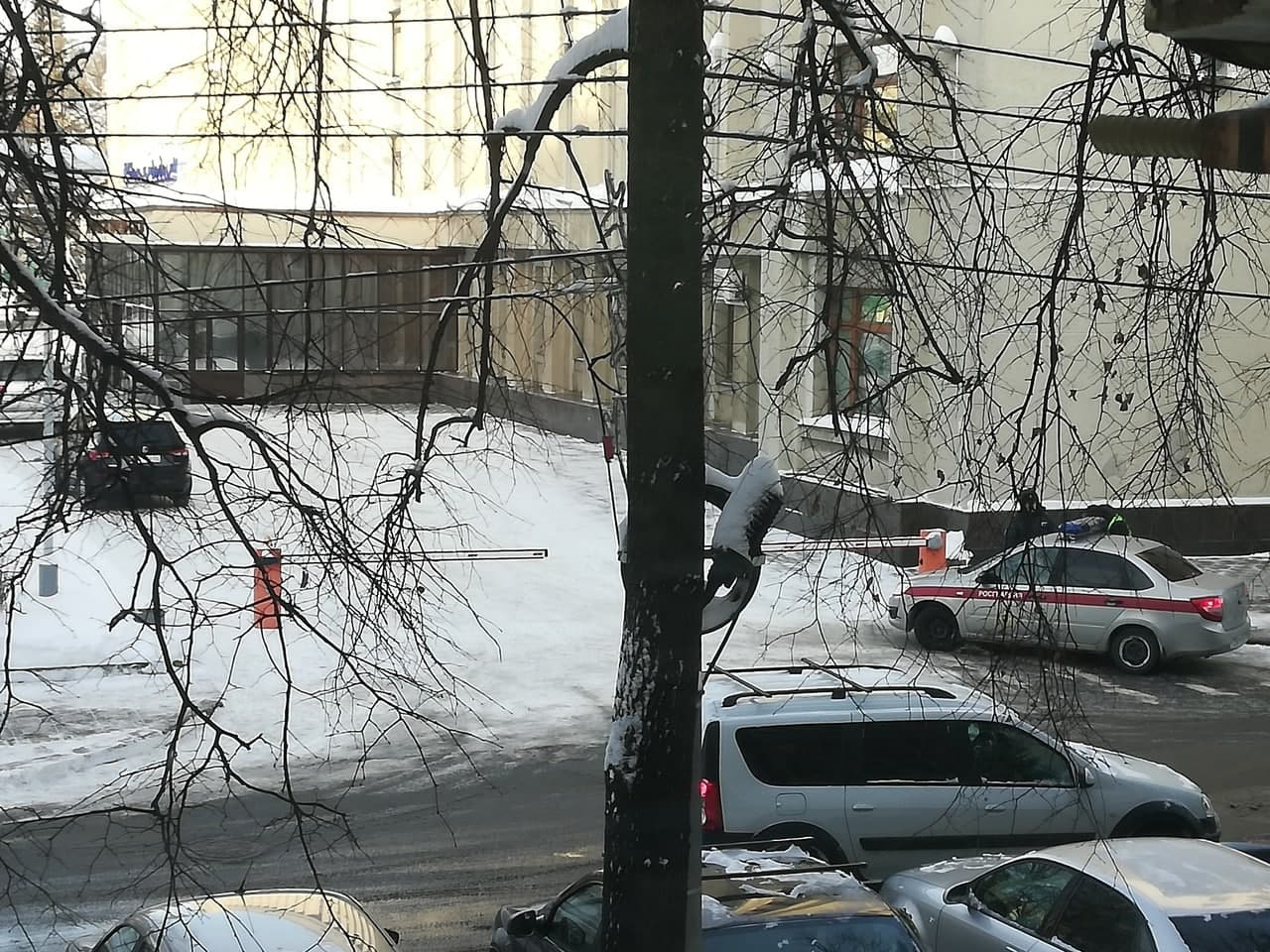 Росгвардия защищает окна здания правительства Кировской области от новых кирпичей
