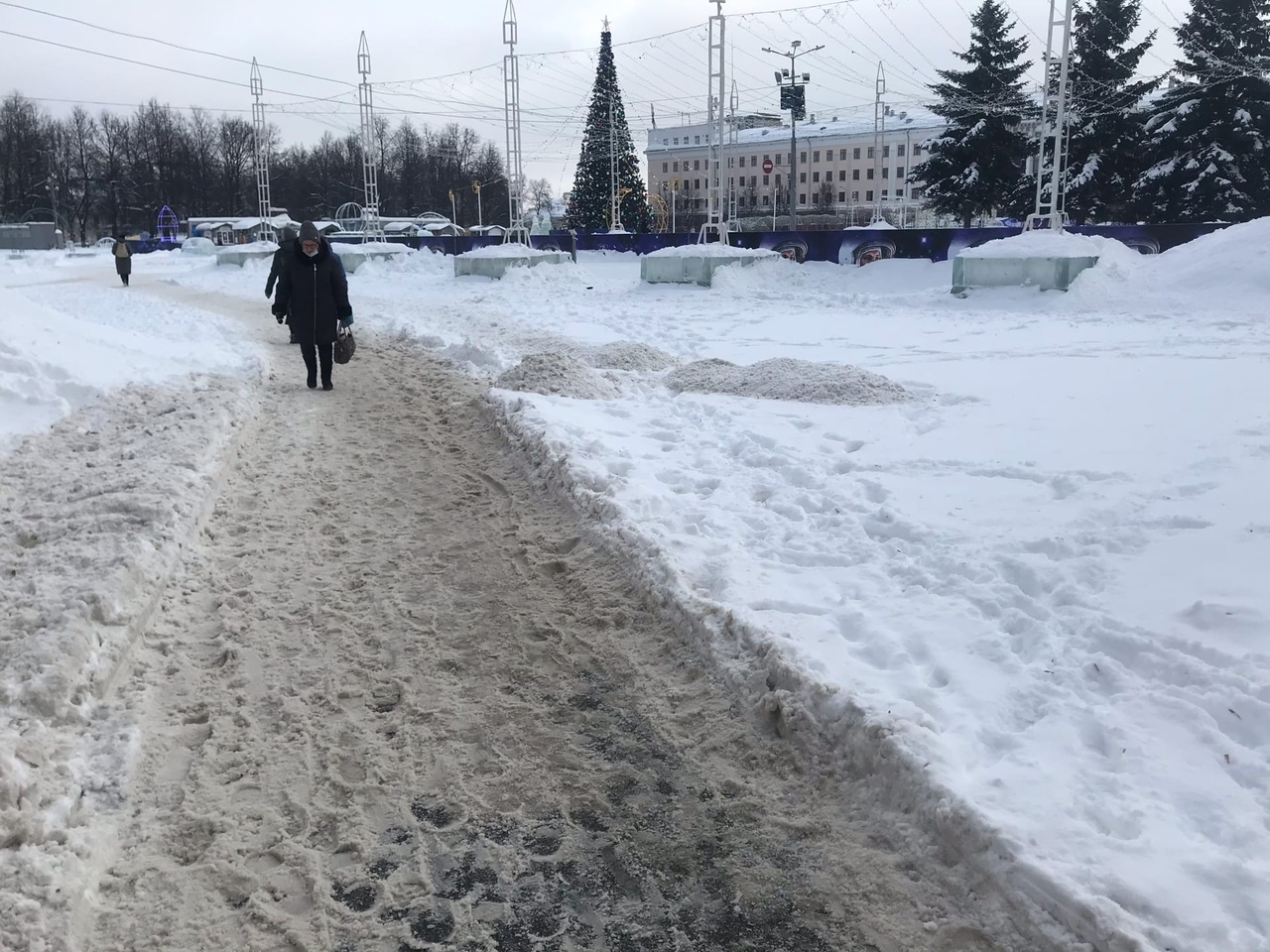 «Складывается впечатление, что у города просто нет хозяина»: Киров утопает в неубранном снегу
