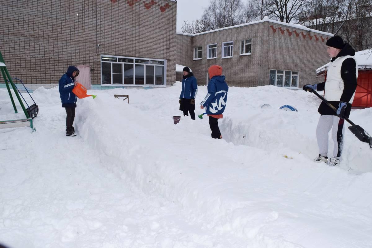 Волонтеры «Единой России» построили снежную горку для детей