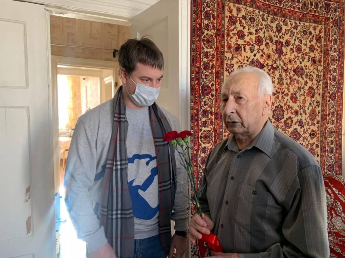 Волонтеры поздравили ветеранов с Днем защитника Отечества