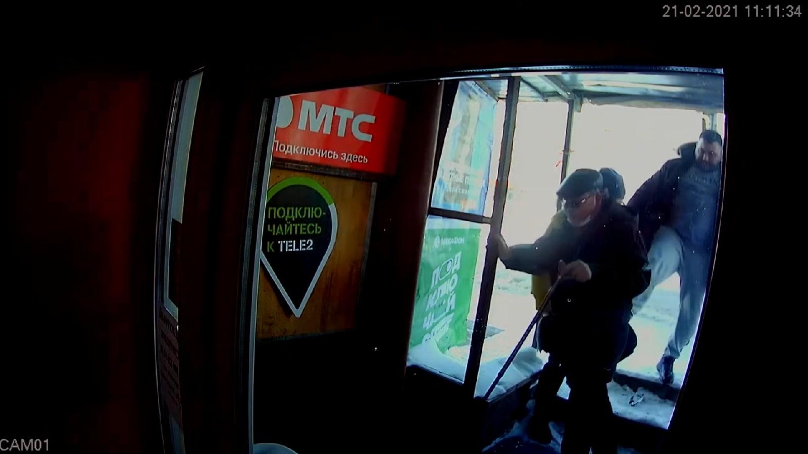 В центре Кирова неизвестный ударил инвалида