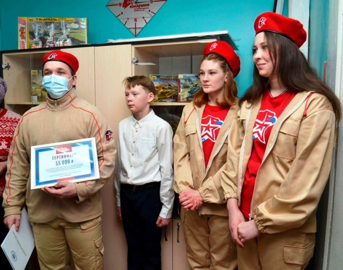 На новоселье Рахим Азимов подарил юнармейцам Опаринского района форменную одежду