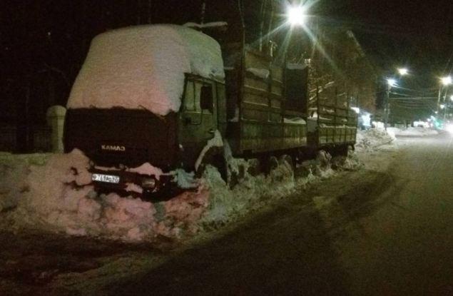 Самый большой подснежник. С Октябрьского проспекта был эвакуирован брошенный на всю зиму КамАЗ