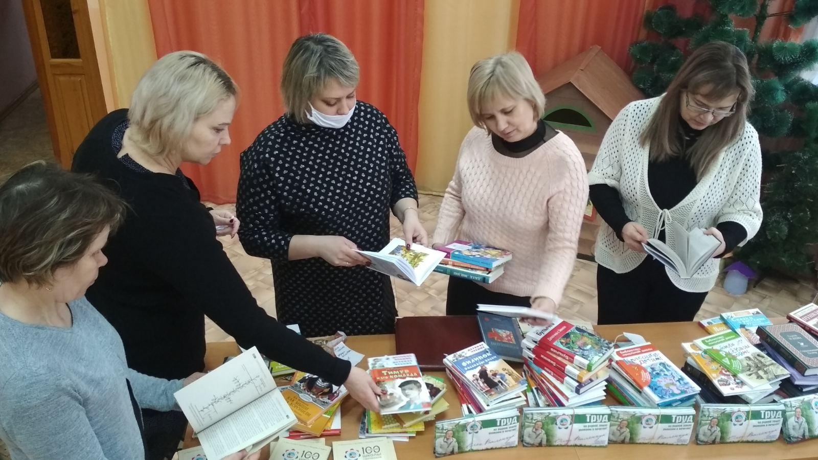 Олег Валенчук помог детской библиотеке Вятских Полян обновить книжные фонды