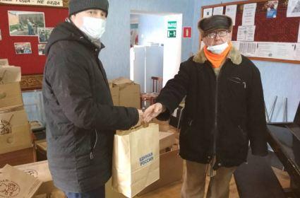 Жительницам кировского дома ветеранов доставили 220 подарочных наборов к празднику
