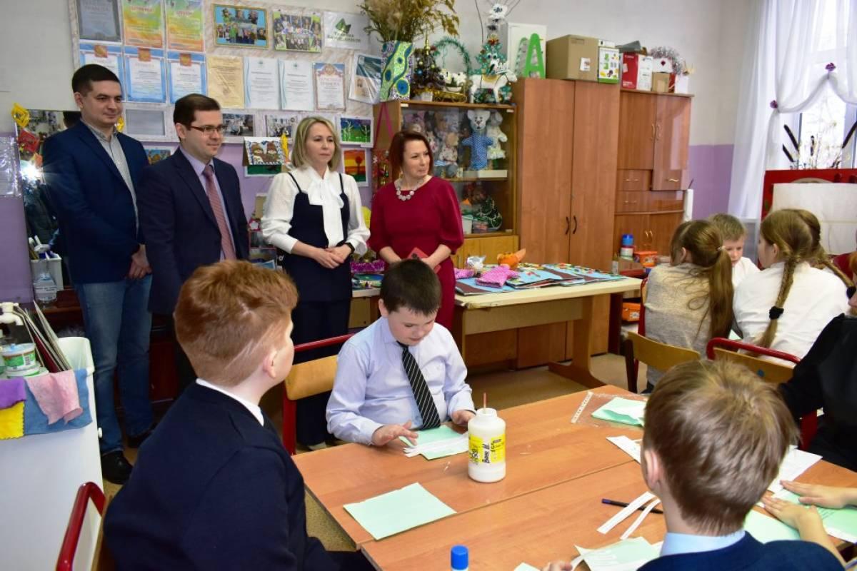 Рахим Азимов передал оборудование учреждениям культуры и образования Белохолуницкого района