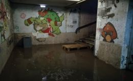 Жители ЮЗР идут домой, но оказываются в «озере». Подземки снова утопают