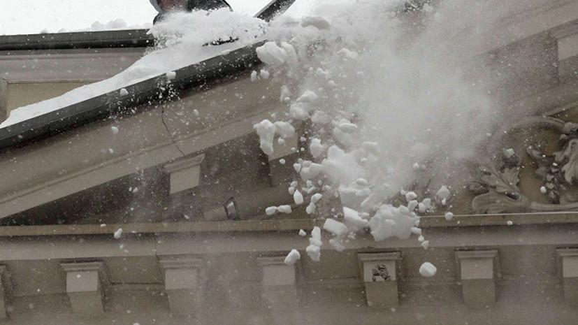 В Кирове на 9-летнюю девочку с крыши упал снег