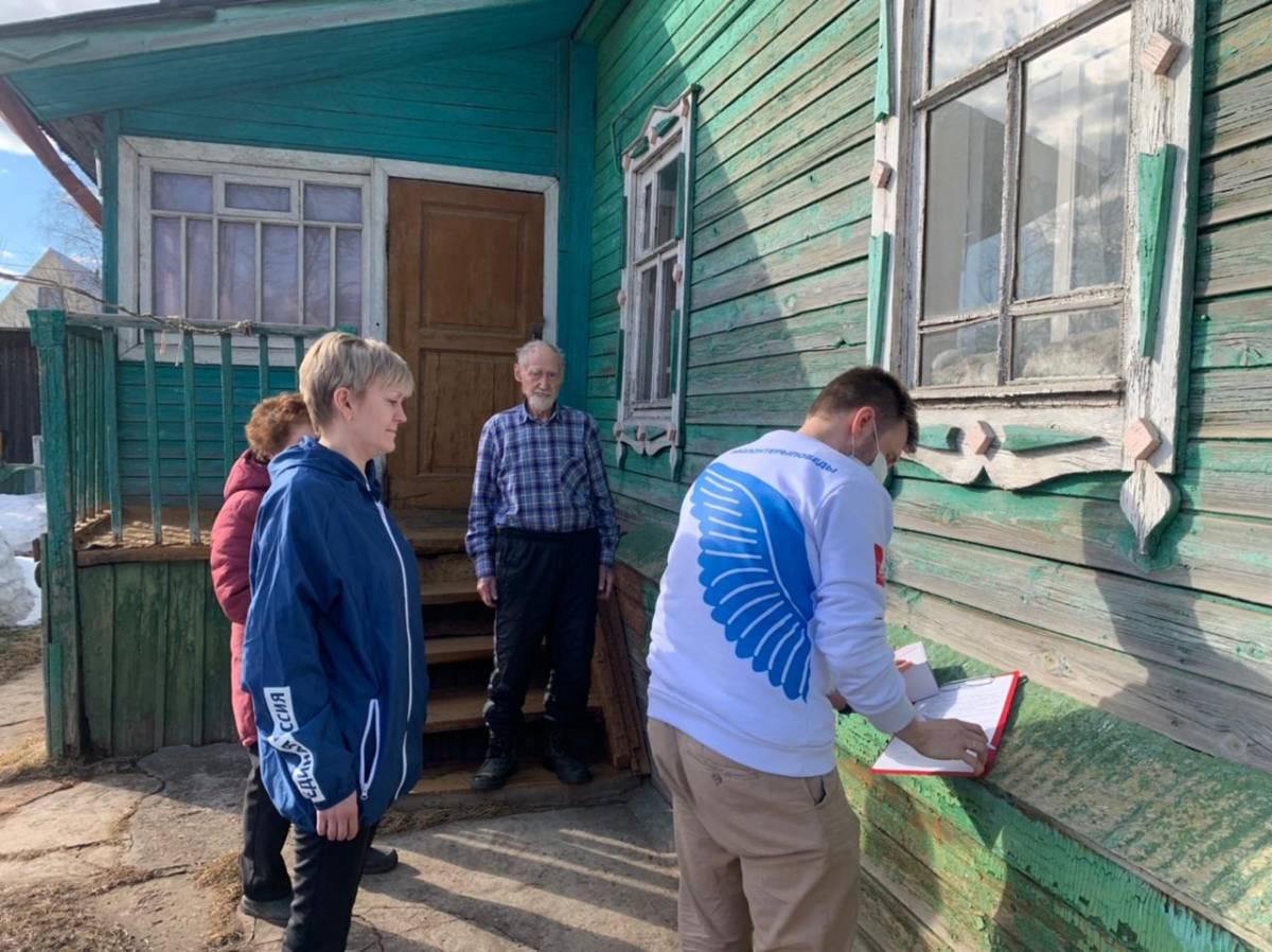 Волонтеры вручили мобильный телефон с безлимитной связью ветерану из Кирова