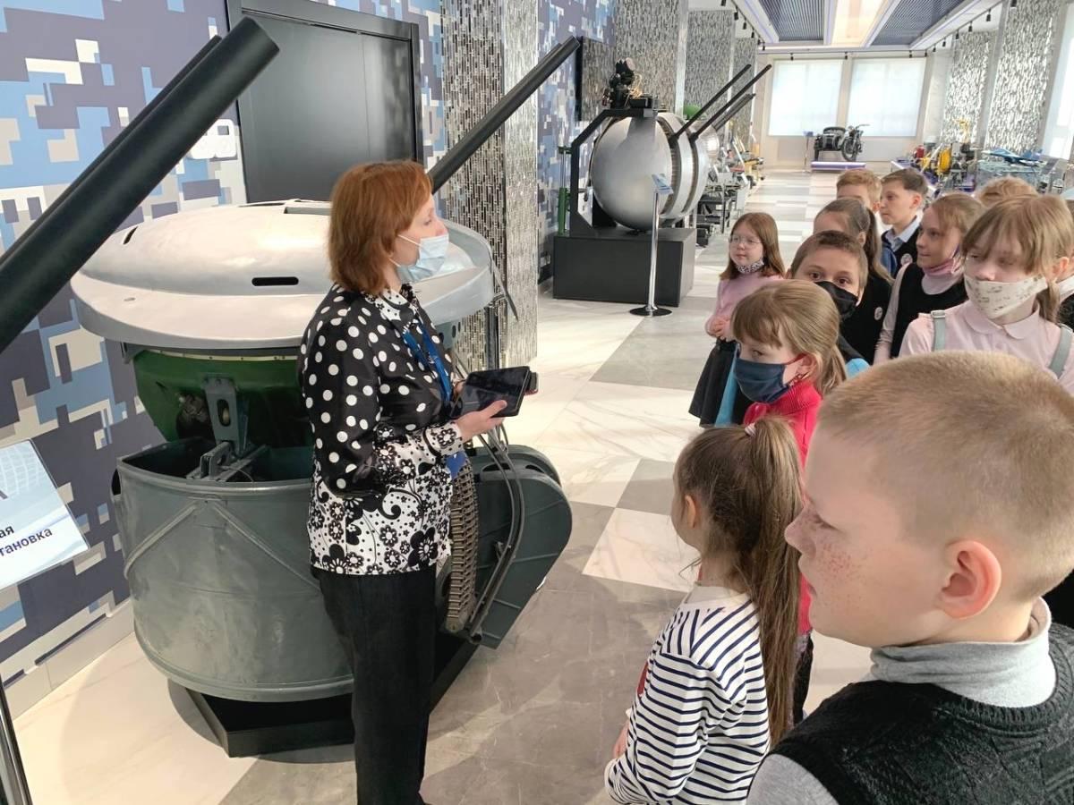 «Единая Россия» в Кирове организовала экскурсию в музей завода «АВИТЕК» для школьников